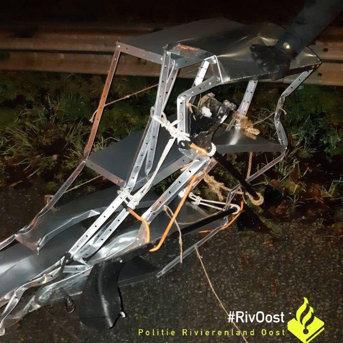 Een automobilist kon de gevallen stellingkast niet meer ontwijken en ramde het gevaarte zondagavond op de A12.