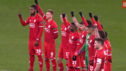 VIDEO: spelers en fans op Sclessin steunen Agbo en ballen de vuist tegen racisme