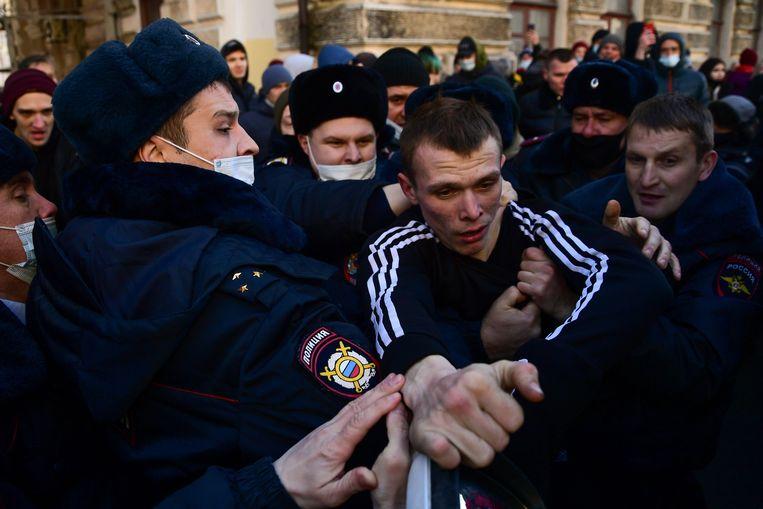In Chabarovsk is de ontevredenheid van de mensen ook gericht tegen de arrestatie van een geliefde ex-gouverneur. Beeld AFP
