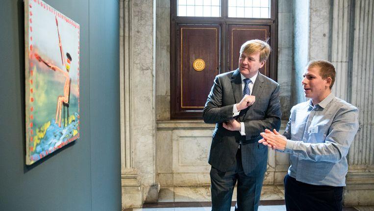 Willem Alexander met kunstenaar Bart Kok Beeld ANP