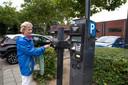 """Ellen Deibert scant haar Stadspas. ,,Schaf het parkeergeld af, dan trek je mensen naar de binnenstad."""""""