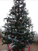 """Mieke Willemsen uit Cuijk: ,,Hier mijn eigen boom zonder kerstballen. In coronatijd heb ik veel gehaakt. Van koffiecups en kleine medicijnenbekertjes zelf klokjes gemaakt."""""""