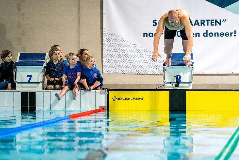 Maarten van der Weijden bij het begin van zijn recordpoging 24 uur zwemmen te verbeteren.  Beeld Rob Engelaar