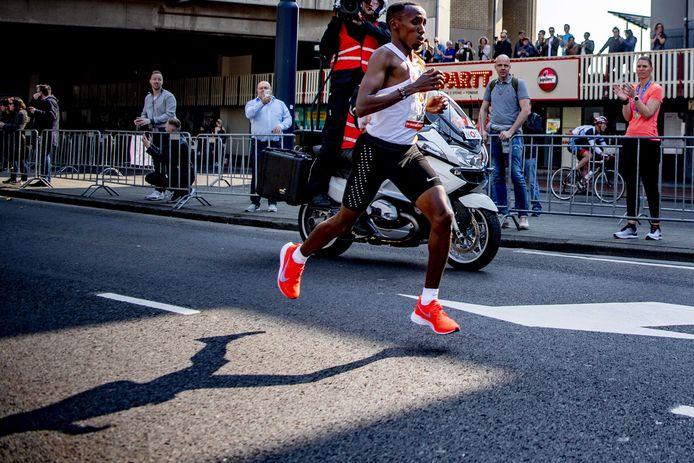 Abdi Nageeye  tijdens de marathon van Rotterdam.