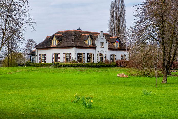De herenboerderij Groot Zeeland bij Millingen. De vlag wappert; eigenaar Nico de Witt is dus thuis.