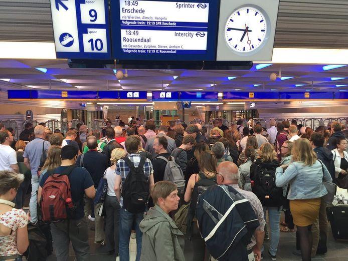 De gesloten poortjes op station Zwolle zorgen voor een chaos