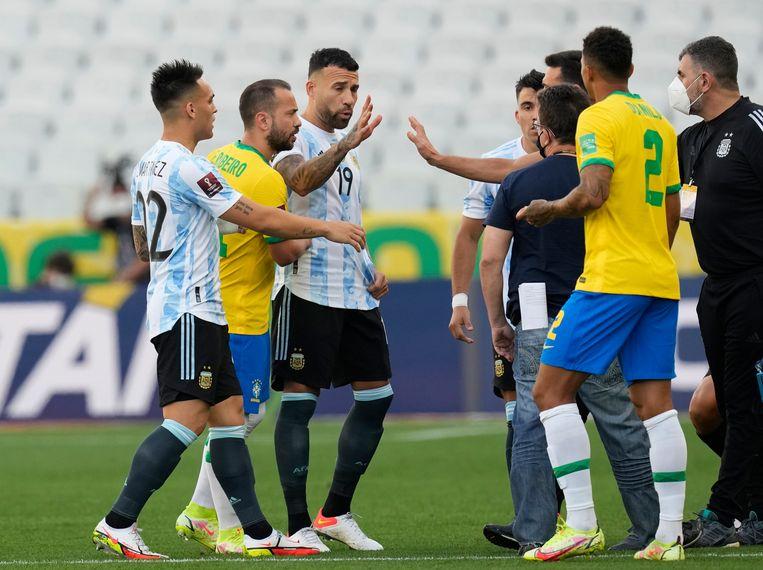 Spelers van Brazilië en Argentinië net nadat de wedstrijd is stilgelegd.  Beeld AP