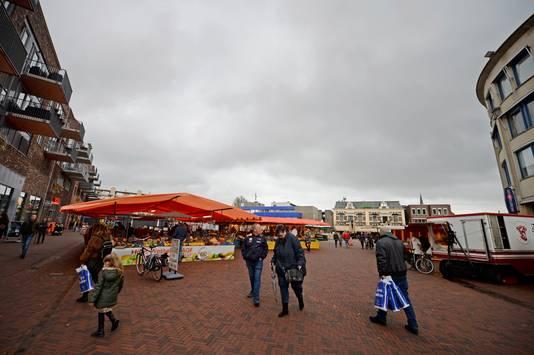 De markt is weer teruggekeerd op het nagenoeg heringerichte Marktplein in Almelose binnenstad.