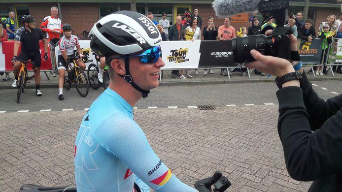 Ongemakkelijk lachend staat Josse Wester voor de start van de Ronde van Hank het eigen YouTube-kanaal van Tour de Tietema nog even te woord. 'Het voelt alsof ik met een rode lap op mijn rug ga rijden.'