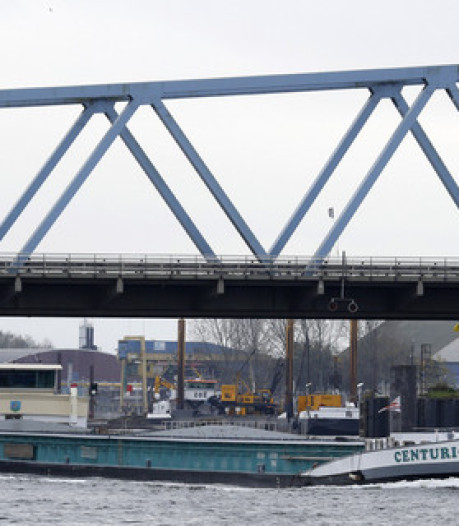 Storing bij brug Sas van Gent, schepen hoger dan 7 meter liggen stil in kanaal