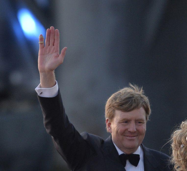 Een zwaaiende Willem-Alexander, gisteren tijdens de koningsvaart. Uitsnede van een foto van ANP. Beeld anp