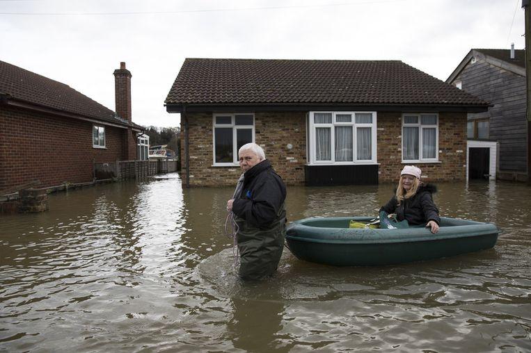 Inwoners van Walton-on-Thames verlaten hun huizen.<br /><br />De Engelse overheid waarschuwt voor ernstig overstromingsgevaar in 14 plaatsen langs de de rivier de Theems. Duizenden huishoudens moeten zich daar op voorbereiden. Sinds december zijn al zo'n 8000 woningen getroffen door het hoge water.<br /><br />Ondanks alle maatregelen is vanmiddag het dorp Datchet ook ondergelopen.<br /><br />Na twee maanden van recordneerslag voorspellen meteorologen nog zeker tot en met donderdag iedere dag regen. Vooral de graafschappen Berkshire en Surrey zullen vermoedelijk met wateroverlast te maken krijgen. <br /><br />De Britten worstelen met het natste weer sinds 1766. Het water in de rivier stond in tientallen jaren niet zo hoog en stijgt nog steeds. Beeld getty