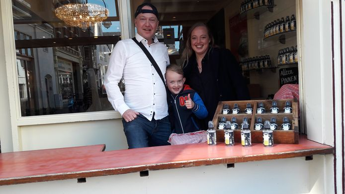 Mike Post, Jess Plaschek en huur zoon Mees achter het 'stroopwafeloket' van De Lunchclub. Rechts de uitstalling van desinfectiespray als alternatieve handel tijdens de coronacrisis,