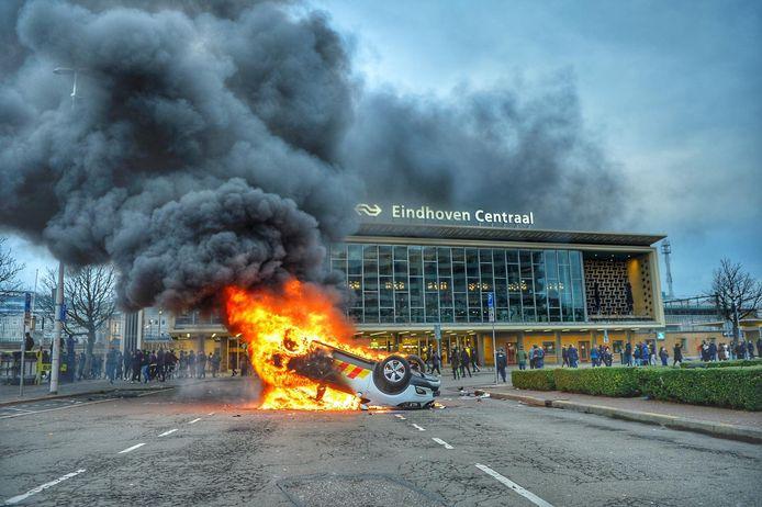Brandende auto voor het station.