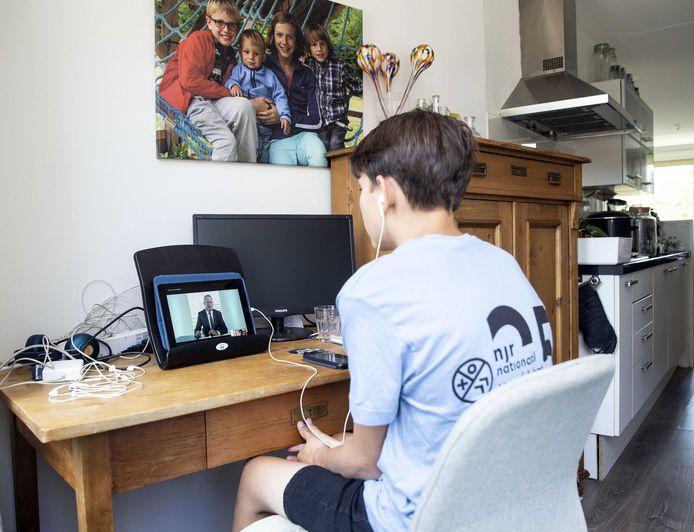 Voor scholieren is het niet altijd een pretje thuis achter de laptop lessen te moeten volgen.