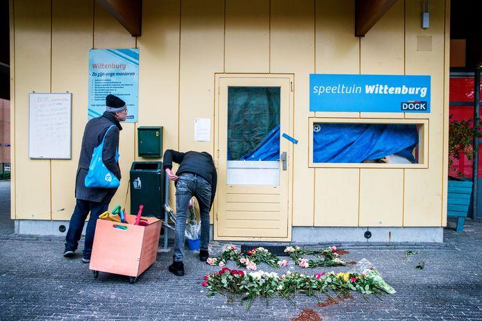 Buurtbewoners leggen bloemen bij het wijkcentrum waar de aanslag heeft plaatsgevonden.