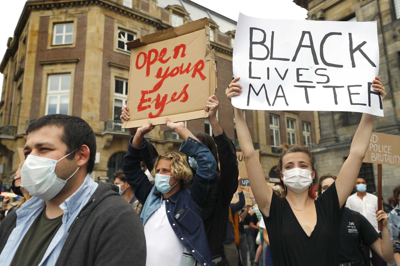 Demonstranten tijdens het protest op de Dam. Diverse antiracismeorganisaties houden een manifestatie uit protest tegen wat zij noemen politiegeweld tegen zwarten in de VS en de EU. Aanleiding is de dood van George Floyd in de Amerikaanse stad Minneapolis.