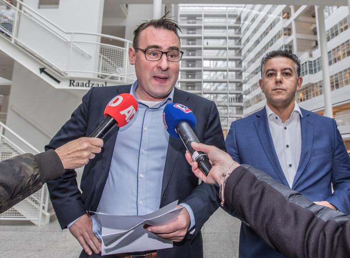 De twee wethouders Richard de Mos en Rachid Guernaoui dienden op het stadhuis in Den Haag hun ontslag in na verdenkingen van corruptie.