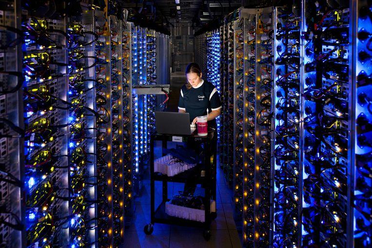 Een inkijk in het Google Data Center. Google kan maar betekenis voor je creëren omdat het een idee heeft van wie je bent, stelt Rogier De Langhe. Beeld BELGAIMAGE