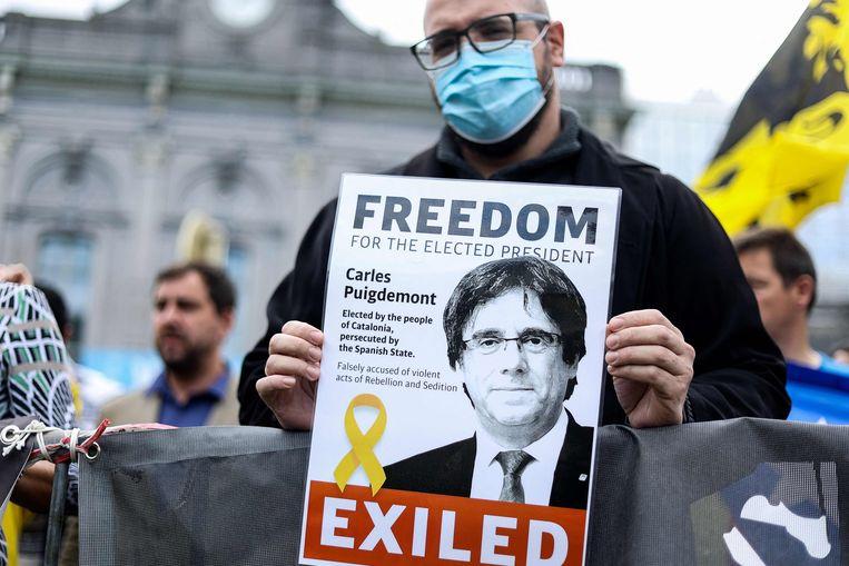 Een betoger in Brussel demonstreert tegen de arrestatie van Carles Puigdemont op Sardinië.  Beeld AFP