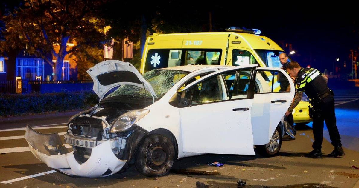 Auto zwaar gehavend na botsing op Koningsweg in Den Bosch, bestuurder aangehouden.