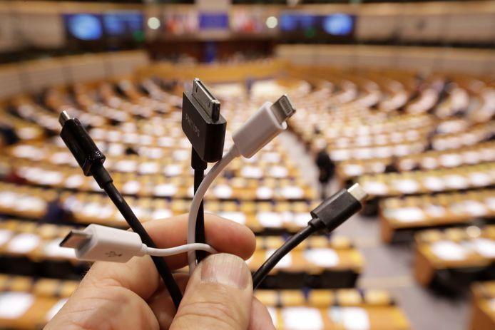 Vijf uiteinden van veelgebruikte oplaadsnoeren voor mobiele telefoons, e-readers of andere apparaten. De Europese Commissie wil dat er over drie jaar nog maar één standaardoplader bestaat, de USB-C (rechts op de foto).