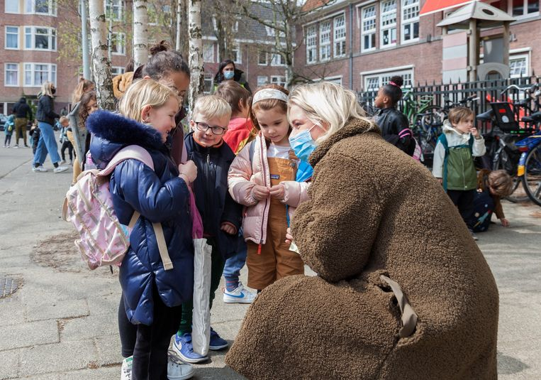 Een groepje kinderen mag na vier maanden sluiting weer naar BSO Nella Della op het Columbusplein in Oud-West. Beeld Nina Schollaardt