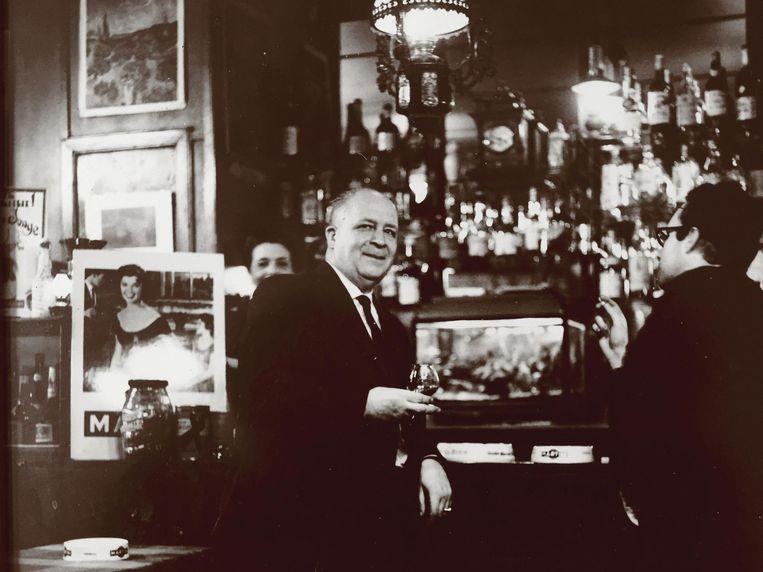 Hendricus Bernardus Gradus Welling met barkeeper Froukje van Dijk, jaren zeventig Beeld Jaap Pieper