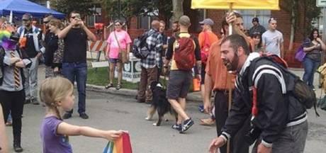 Meisje met regenboogvlag verkoopt nu shirts met foto