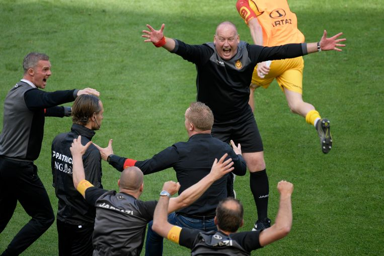 Fred Vanderbiest viert de bekerwinst met KV Mechelen.