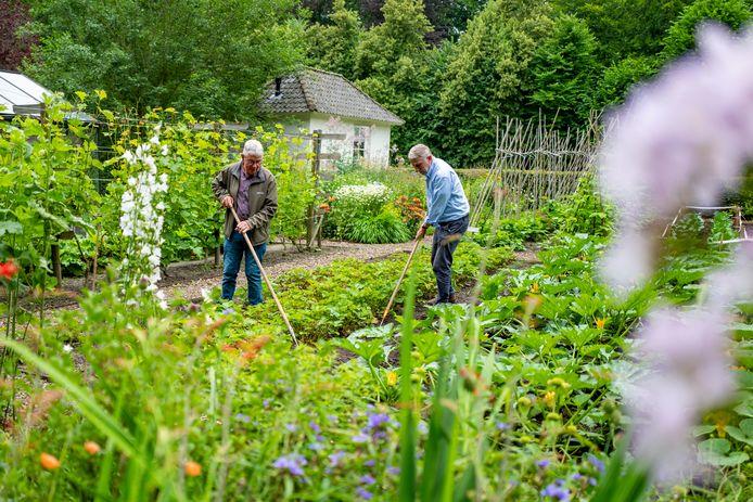 Open Tuinen-dagen aan de Kasteeltuinen van het Witte Kasteel. Jos van Leeuwen en Piet Broos (rechts)