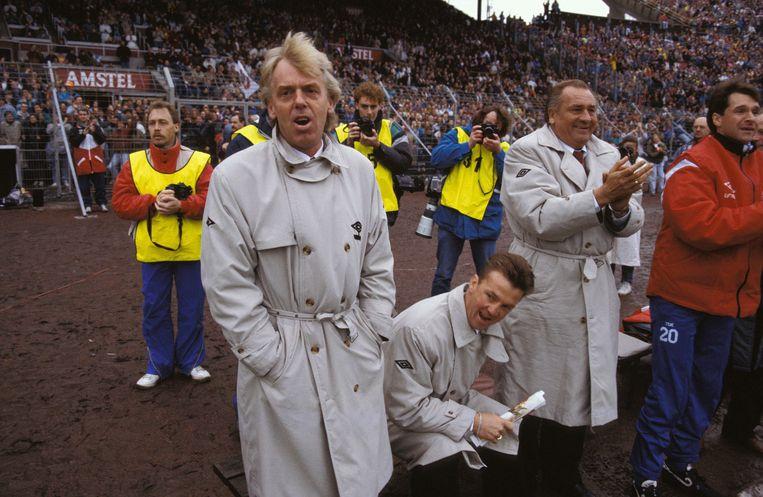 Van links naar rechts: Leo Beenhakker, Louis van Gaal en Bobby Haarms bij een wedstrijd van Ajax-PSV (3-1).  Beeld Hollandse Hoogte / Fotografie René Bouwman