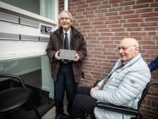 Gedenksteen als eerbetoon aan Jan Vos, Rossumse verzetsstrijder en grondlegger Warenhuis Vos