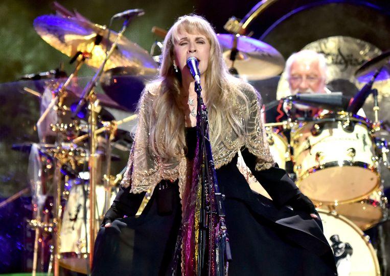 Stevie Nicks van Fleetwood Mac. Ze kwamen weer in de hitlijsten nadat een filmpje van een meezingende skateboarder op TikTok viral ging.  Beeld  Kevin Mazur/Getty