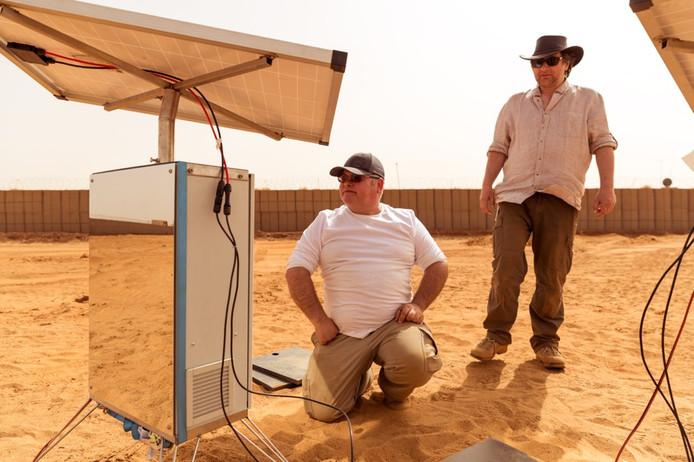 Kunstenaar Ap Verheggen (rechts) werkte op de Nederlandse legerbasis in Mali aan zijn uitvinding: water maken uit woestijnlucht. Foto: Defensie
