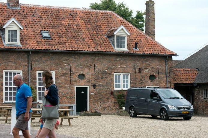 Binnenplaats van kasteel Doornenburg, de boerderij is rechts nog net een beetje zichtbaar.