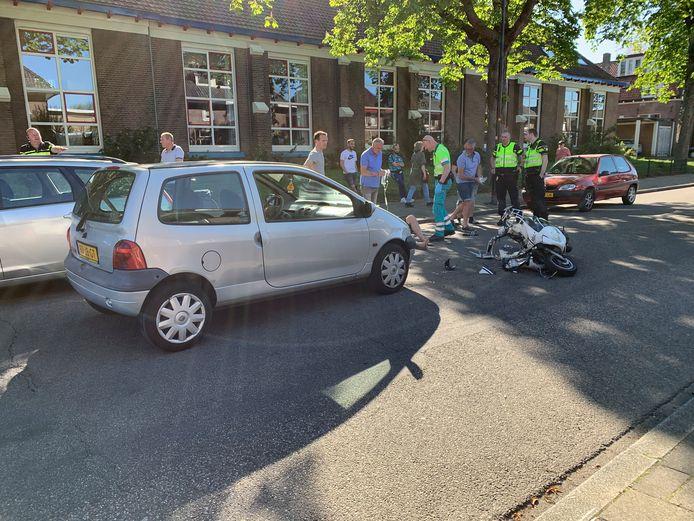 De auto waar de scootterrijder tegenop botste.