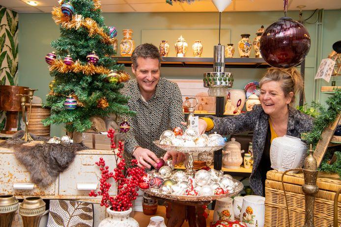 Wilma Voortman (r.) en Maarten van Dongen in de Schatkamer in Ommen. Met het winkelconcept willen ze meer mensen verleiden tweedehands goederen en nieuw geproduceerde goederen van hergebruikte materialen te kopen.