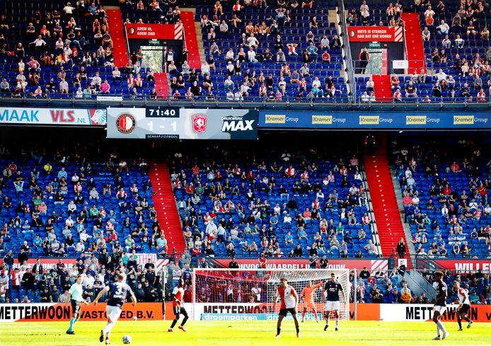 Publiek op de tribunes bij Feyenoord - FC Twente.