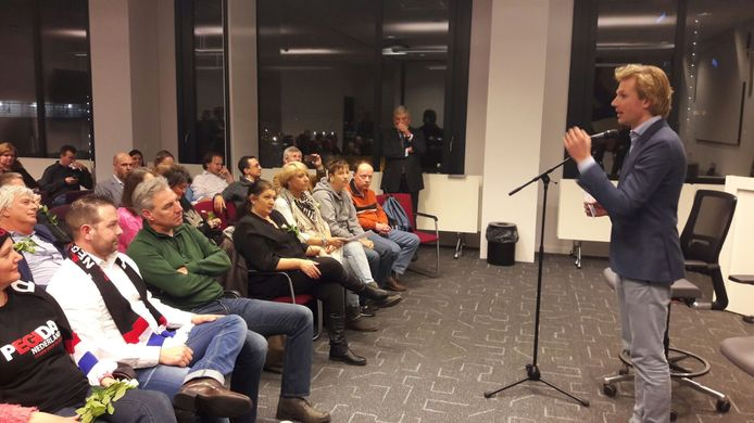 Dennis Wiersma van de VVD gaat in gesprek met de aanhangers van Pegida