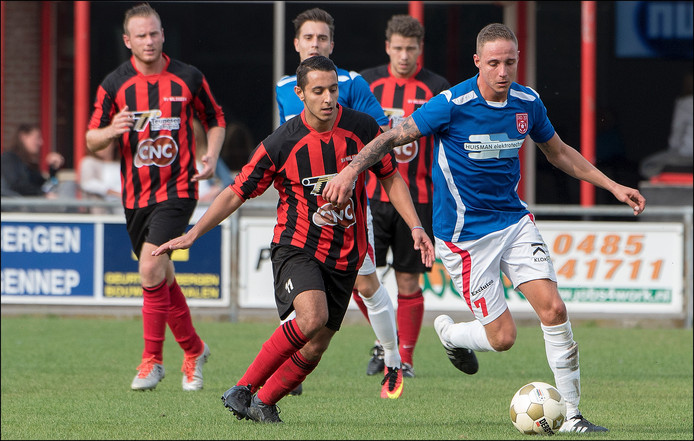 Milsbeek-middenvelder Onur Gencalioglu jaagt Michel Falize van DIO'30 op.