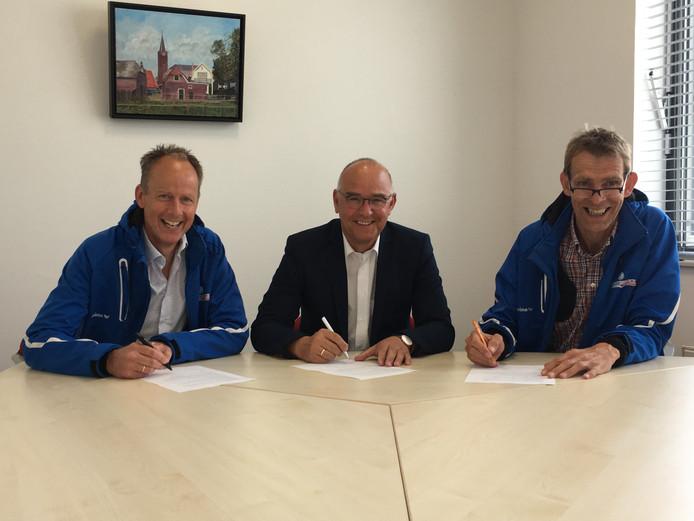 Henk Brink, voorzitter College van bestuur van Chrono, geflankeerd door Jan Jaap Boessenkool (links) en Gert Swankhuisen van Sportservice Hardenberg, ondertekenden het contract voor het inhuren van vakdocenten gym.