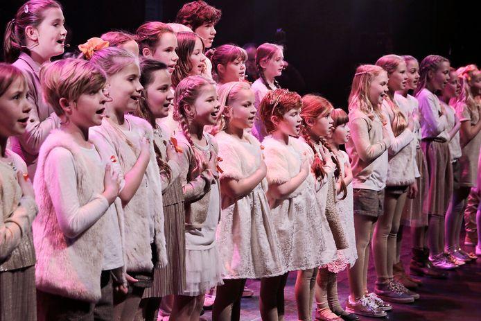 OSS. Zeventig leerlingen van zangschool BrabantTalent en film en musicalorkest Timbres Divers gaven in 2017 een  Koningsconcert in De Lievekamp.