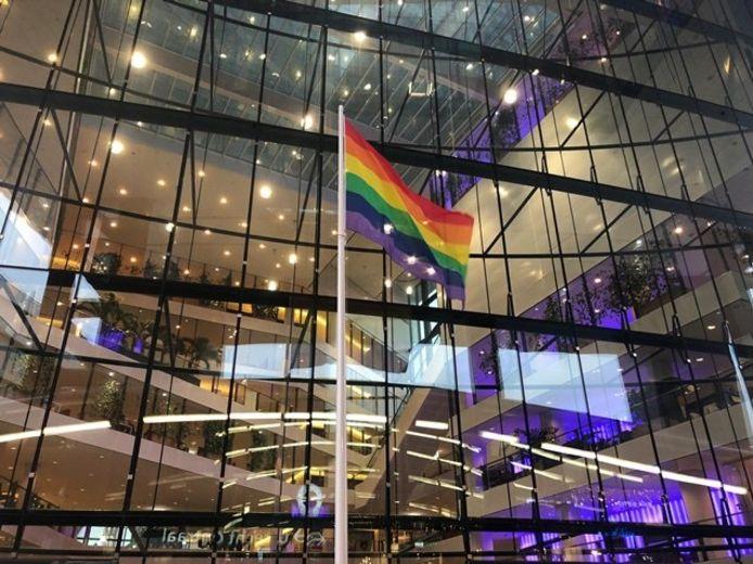 Voor de deur van het Utrechtse Stadskantoor wordt jaarlijks de regenboogvlag gehesen.