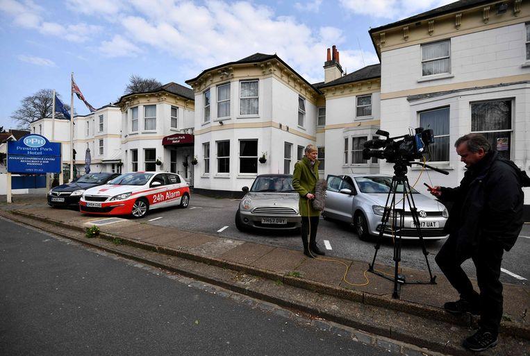 Pers buiten aan het Preston Park Hotel in Brighton waar Masood de nacht voor de aanslag verbleven zou hebben.  Beeld AFP