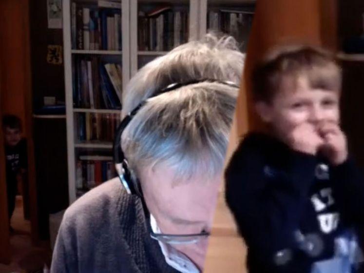 Zoontje Vlaams parlementslid sluipt kamer binnen tijdens vergadering