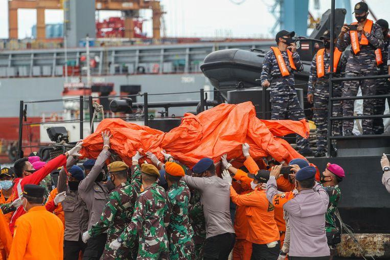 Brokstukken komen aan in Jakarta. Beeld AFP