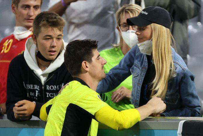 Courtois zocht na de nederlaag tegen Italië troost bij zijn vriendin Mishel Gerzig. De twee gaan straks wellicht op vakantie op Ibiza.
