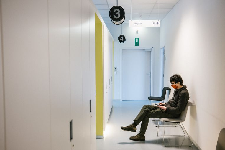'De Morgen'-journalist Michiel Martin wacht op een prik in het Centrum Voor Vaccinologie van het UZ Gent. Beeld Wouter Van Vooren