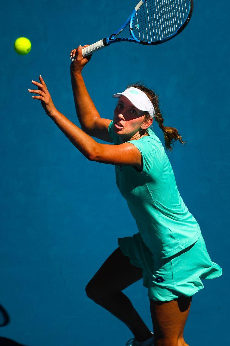 In de bakoven van Melbourne Park haalt Elise Mertens uit aan het net. Ze is in twee sets te sterk voor Alizé Cornet. Beeld BELGA